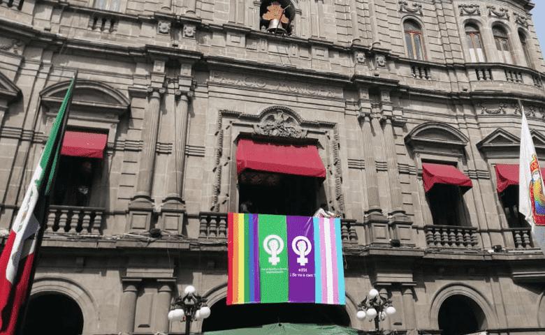 Colocan bandera feminista, LGBT, trans y proaborto en el Palacio Municipal