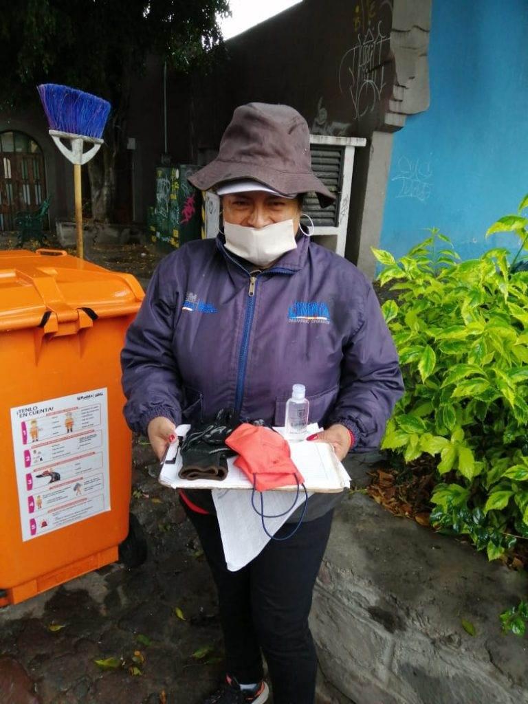 Imagen del personal recibiendo un paquete de limpieza