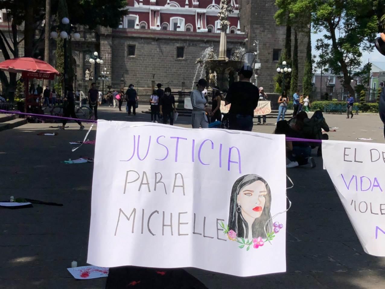 Mujeres realizan performance en el Zócalo por feminicidios en Puebla