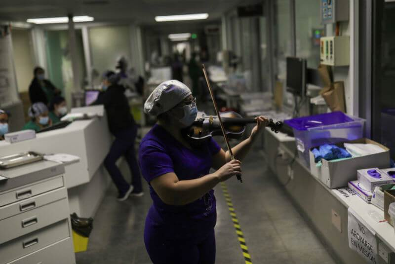 Esta enfermera chilena da ánimo a pacientes de Covid-19 con su violín