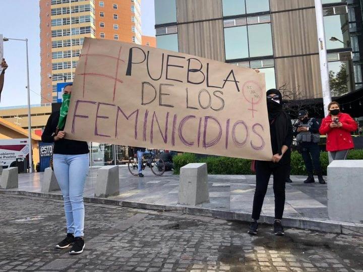 Protestan en redes y en evento del gobierno por feminicidios en Puebla