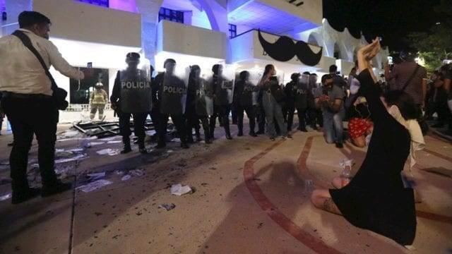 El 9 de noviembre pasado, la Policía Estatal y Municipal de Cancún, Quintana Roo, disolvió a balazos una manifestación de mujeres que exigían justicia por feminicidios. Fuente: EFE