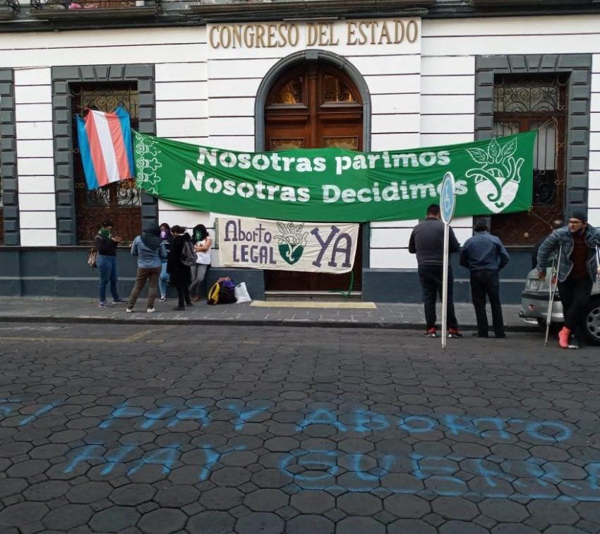 Feministas toman instalaciones del Congreso de Puebla y Radio BUAP