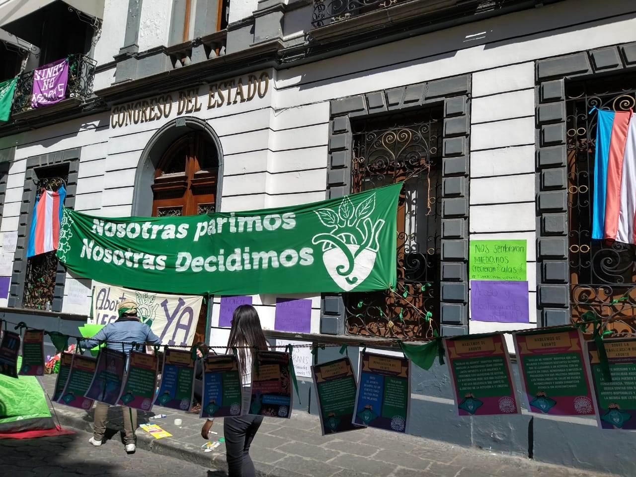 Por la mañana de este miércoles, las colectivas feministas instalaron un tendedero de protesta a las afueras de la sede del Congreso de Puebla. Fotografía: Guadalupe Juárez.