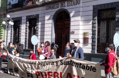 Organizaciones se manifestaron en el Congreso de Puebla para exigir una ley de Movilidad Segura