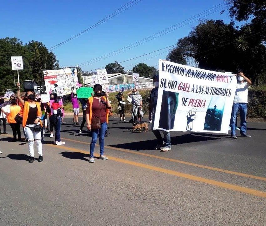 Cierran carretera en protesta por el feminicidio de Nancy Liliana y de su hijo
