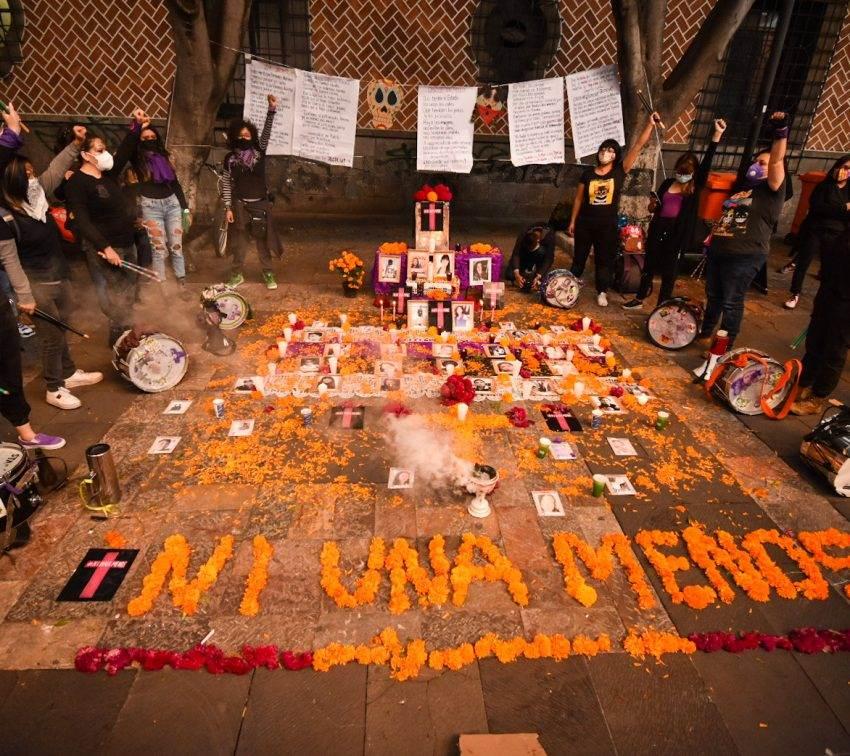 Una ofrenda para las víctimas de feminicidio en Puebla