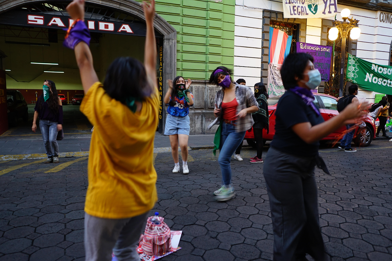 Más de una centena de mujeres se congregó la tarde del miércoles 25 de noviembre en el Congreso local para respaldar la toma simbólica. Fotografía: Brenda Palacios