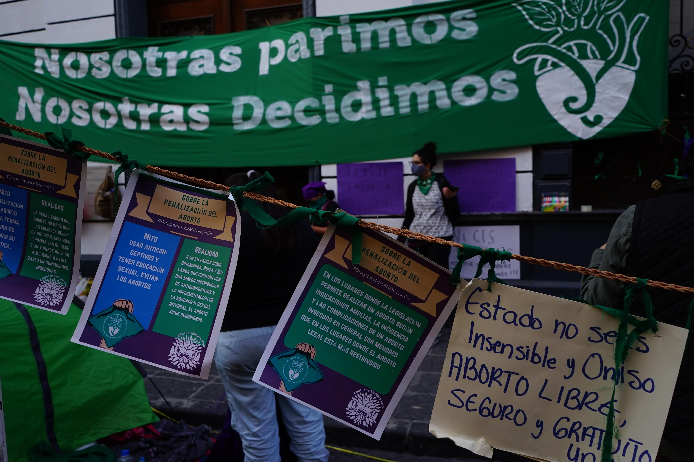 Entre las organizaciones que realizaron la toma simbólica del Congreso local se encuentran Coatlicue Siempre Viva y la Coordinadora Feminista de Puebla. Foto: Brenda Palacios.