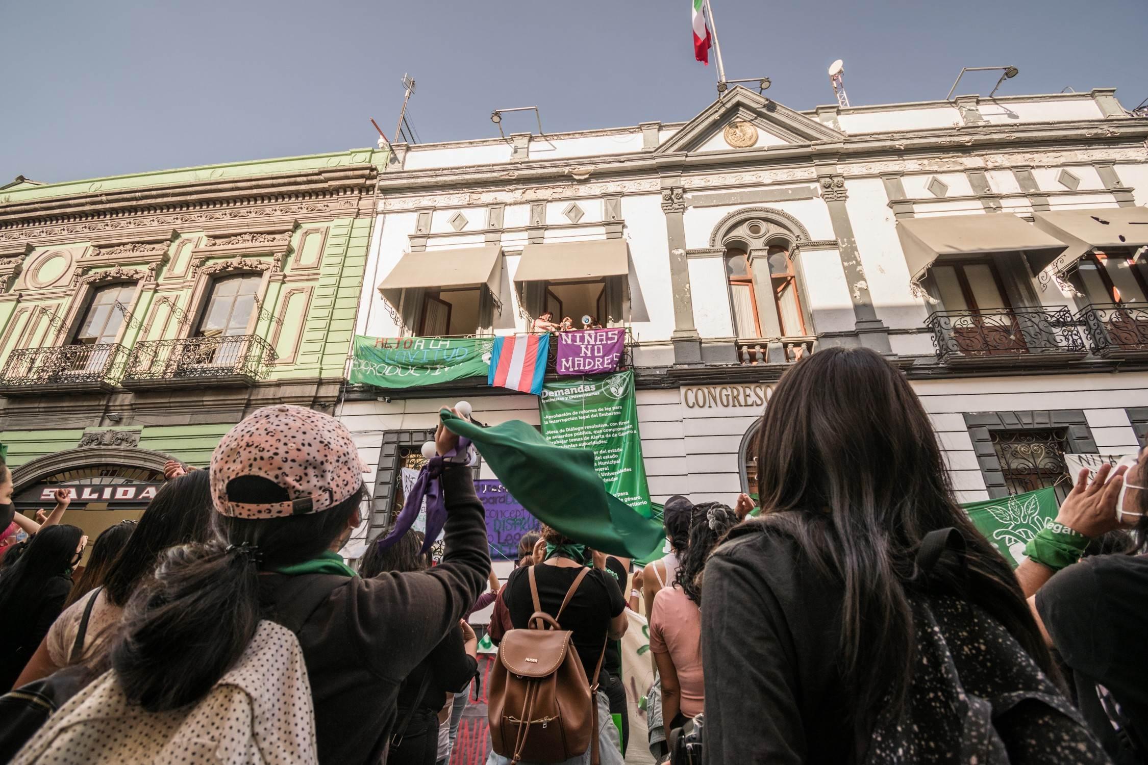 La toma del Congreso de Puebla comenzó como un despliegue audaz de dos organizaciones de mujeres jóvenes, pero ha derivado en un amplio bloque que reúne a organizaciones de derechos sexuales, activistas, políticas, funcionarias, artistas, periodistas y un largo etcétera. Fotografía: Daniel Chazari.