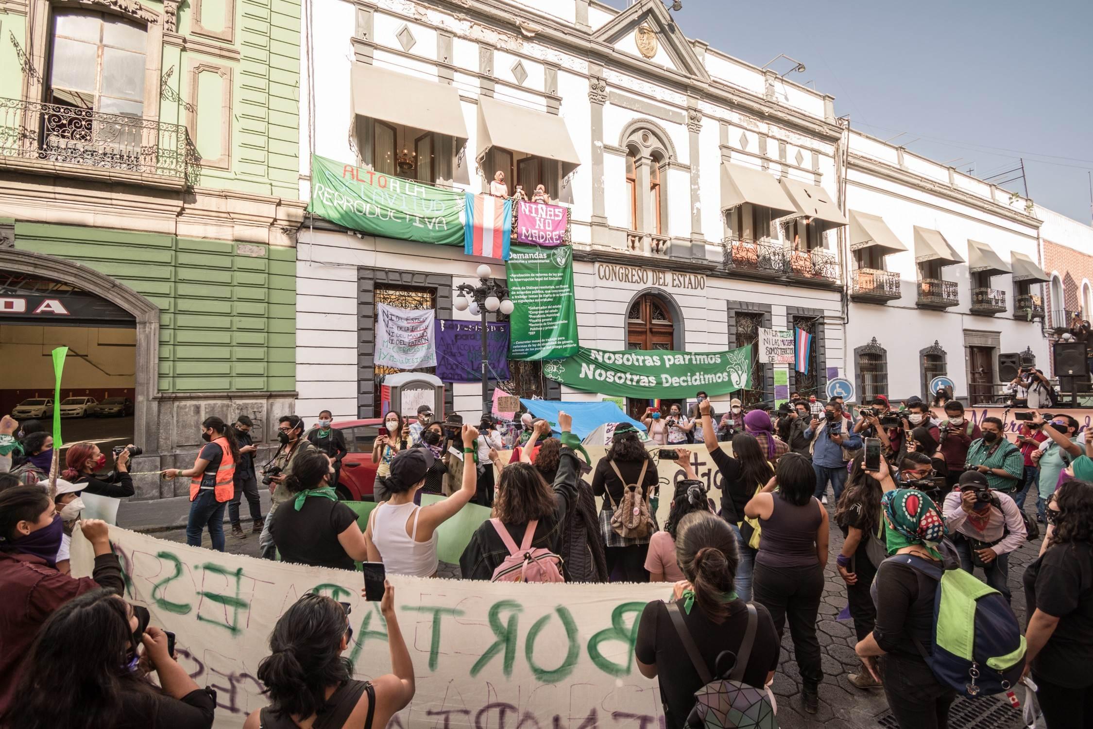 Feministas tomando el Congreso de Puebla
