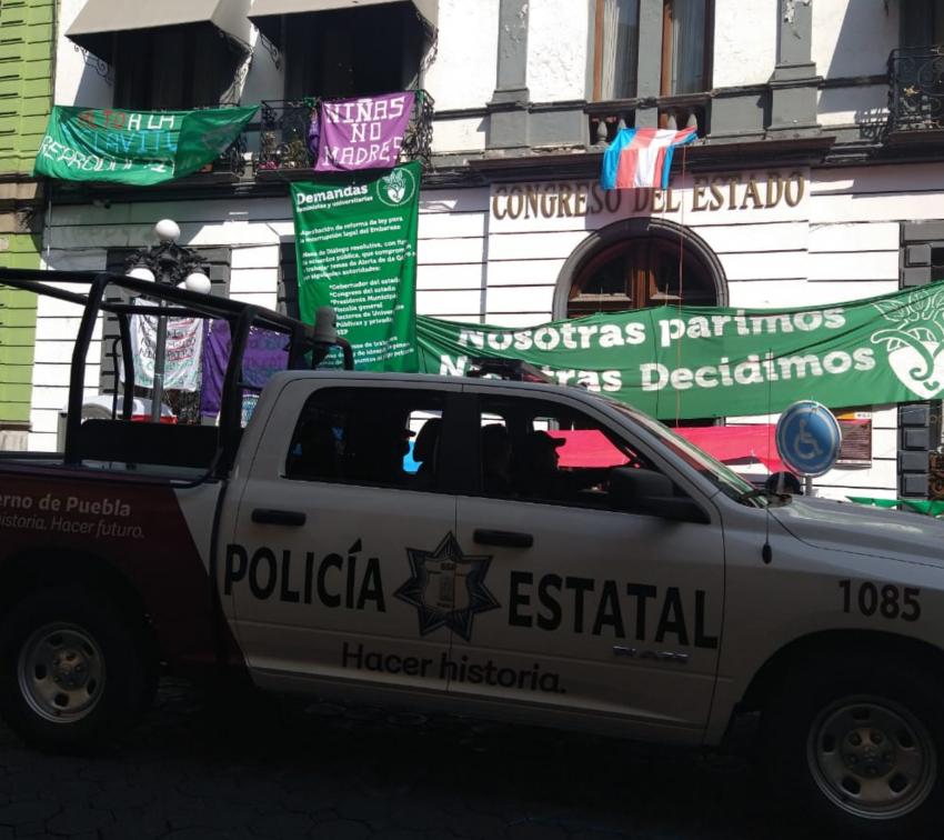 Policías estatales asedian toma pacífica del Congreso de Puebla