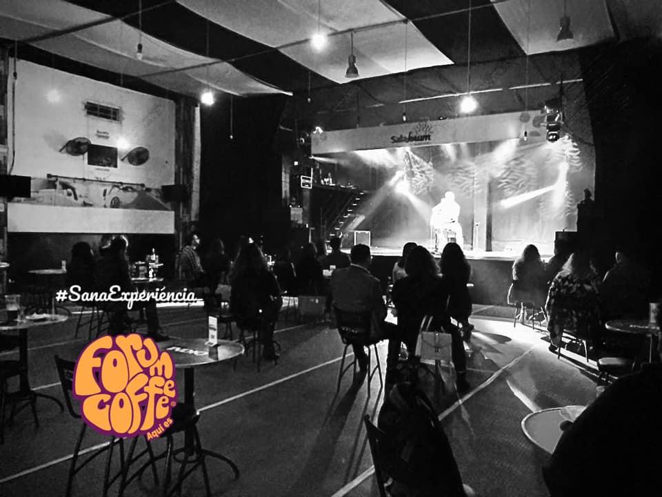 Fotografía donde se observa un concierto en Forum Coffee.