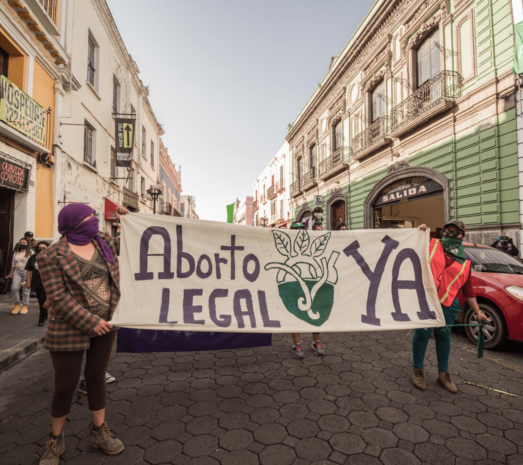 Mujeres cargando manta con leyenda a favor del aborto en Puebla. Despenalización del aborto por parte de la Corte.
