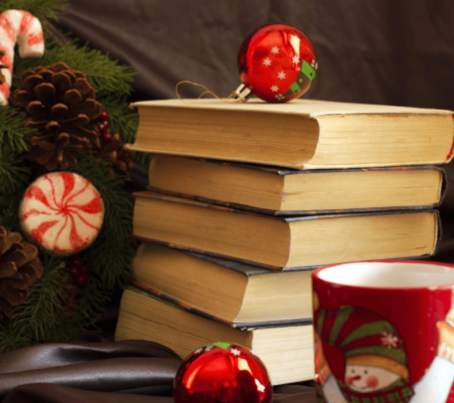 Libros apilados con decoración navideña
