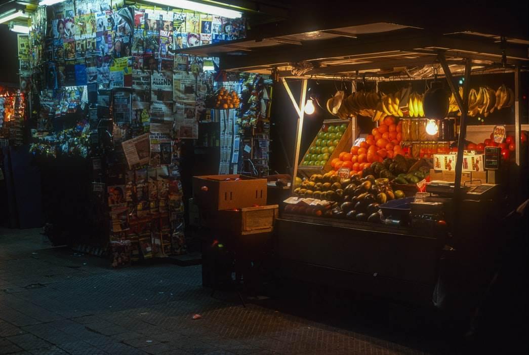 Fotografía de un puesto del mercado con alimentos locales.