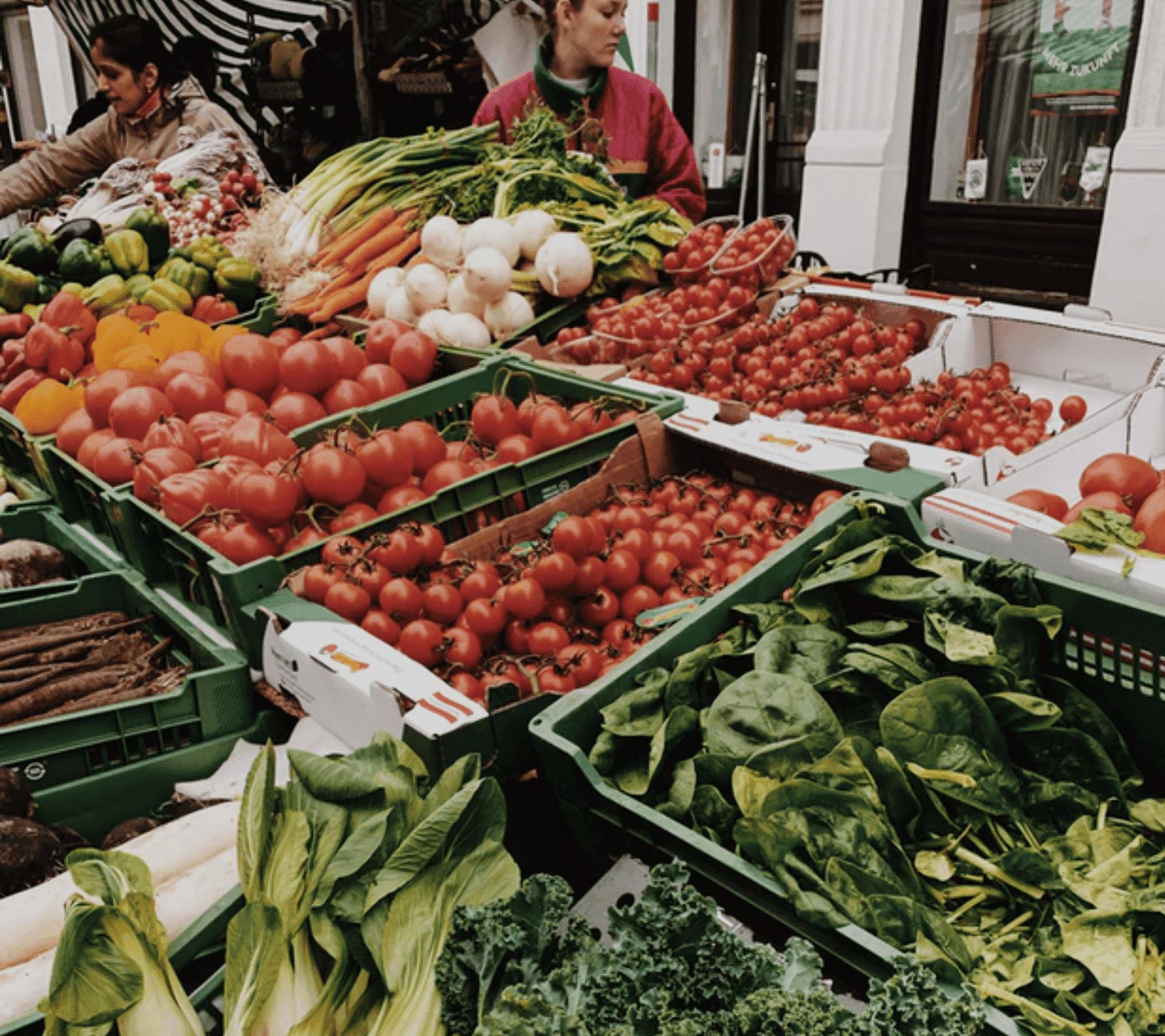 Fotografía de un mercado con riqueza alimentaria.