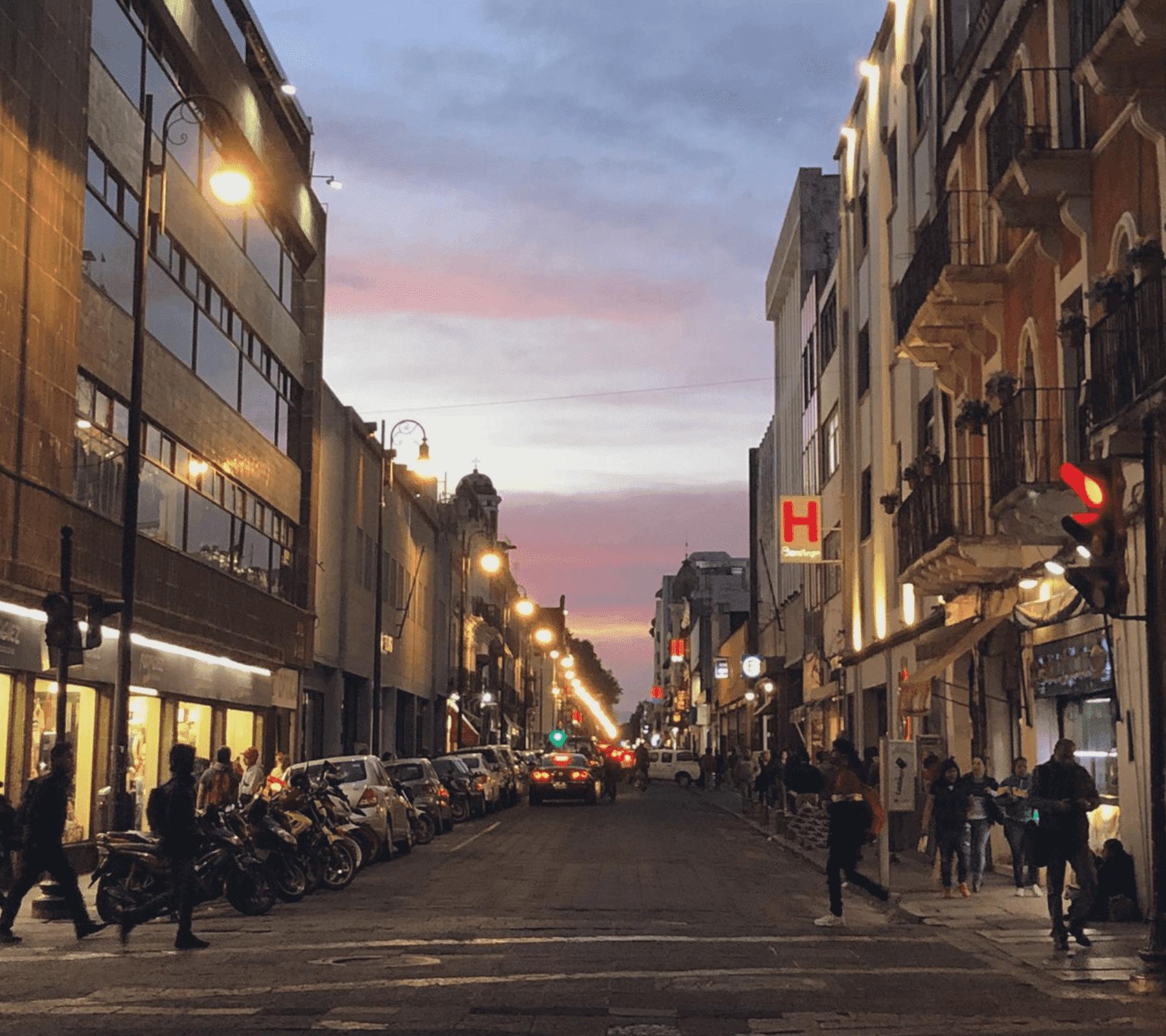 Fotografía donde se observan calles del Centro y comercios en Puebla.