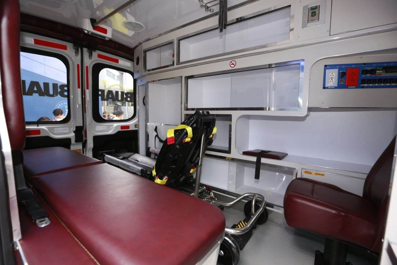Fotografía que expone el interior de la ambulancia donada a la buap