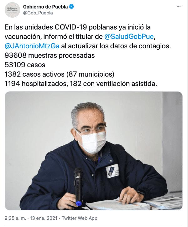 Tuit en el que se informa el número de contagios el día en el que comenzó a aplicarse la vacuna covid en Puebla.
