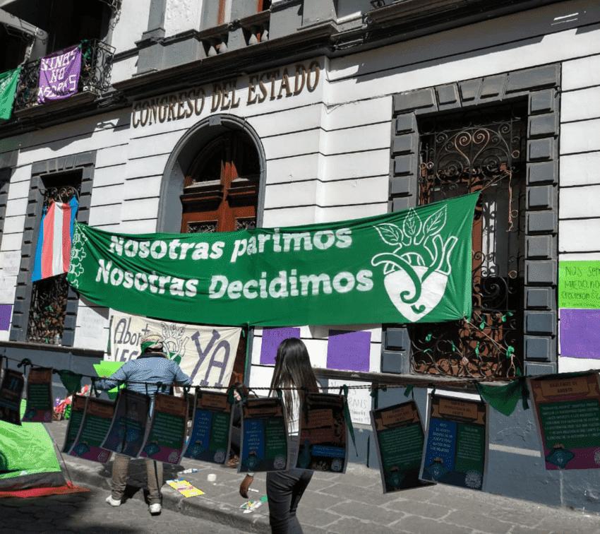 El Congreso de Puebla convocó al parlamento abierto para discutir la despenalización del aborto sólo después de que dos colectivas tomaran el Congreso a finales de 2020.