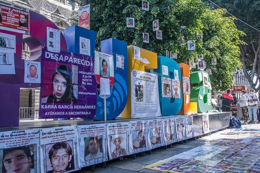 Letras turísticas donde se observan las fotografías de personas desaparecidas en Puebla; ESPECIAL: Desaparecer en Puebla