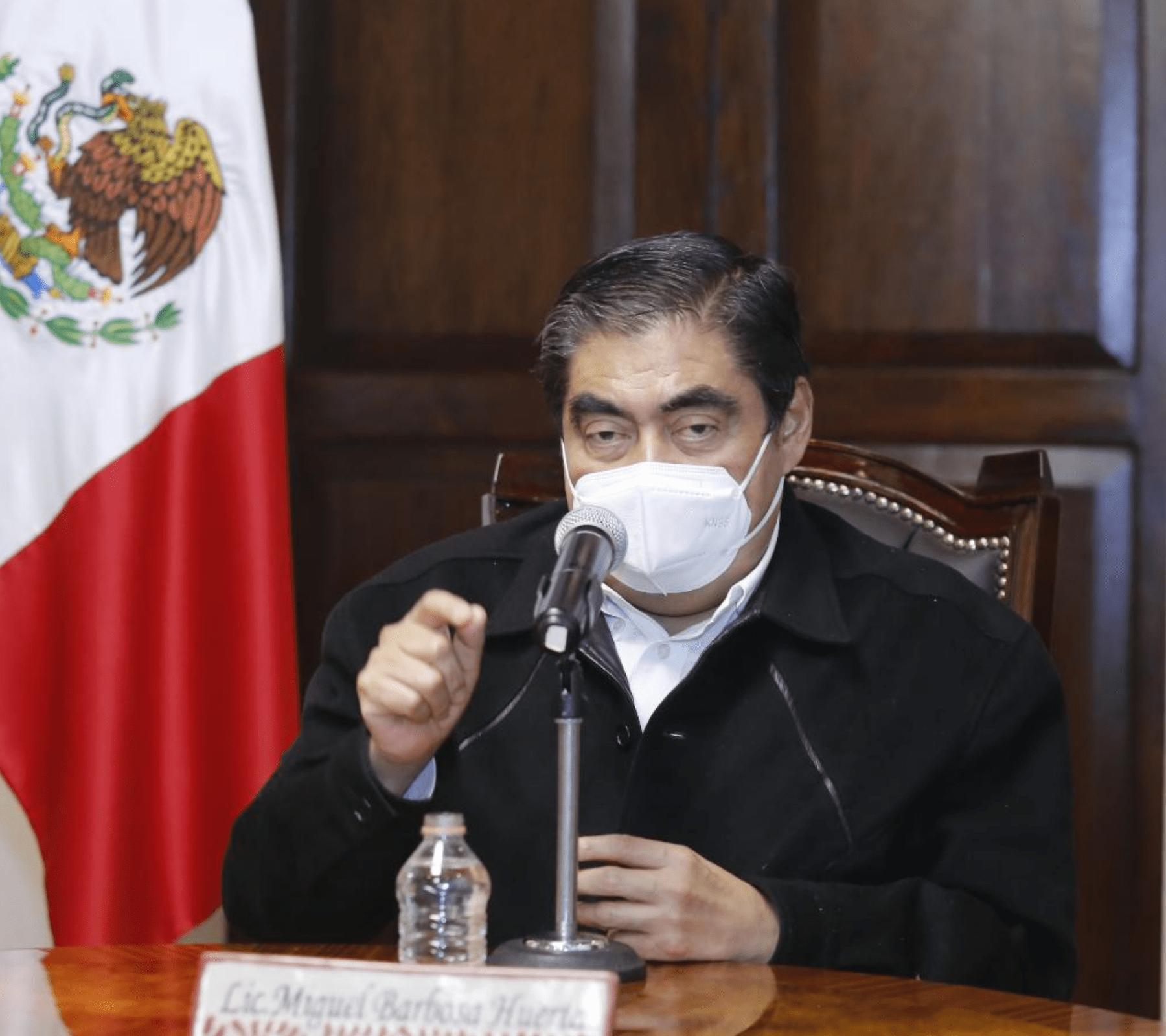 Miguel Barbosa anunciando la suspensión de obras públicas en Puebla