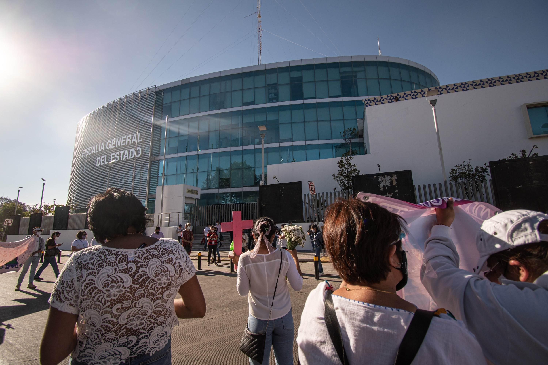 El miércoles 24 de marzo, a un año del feminicidio de Alisson Gabriela, organizaciones civiles y familiares de víctimas protestaron ante la Fiscalía de Puebla porque el crimen contra la menor permanece impune. Fotografía: Daniel Chazari