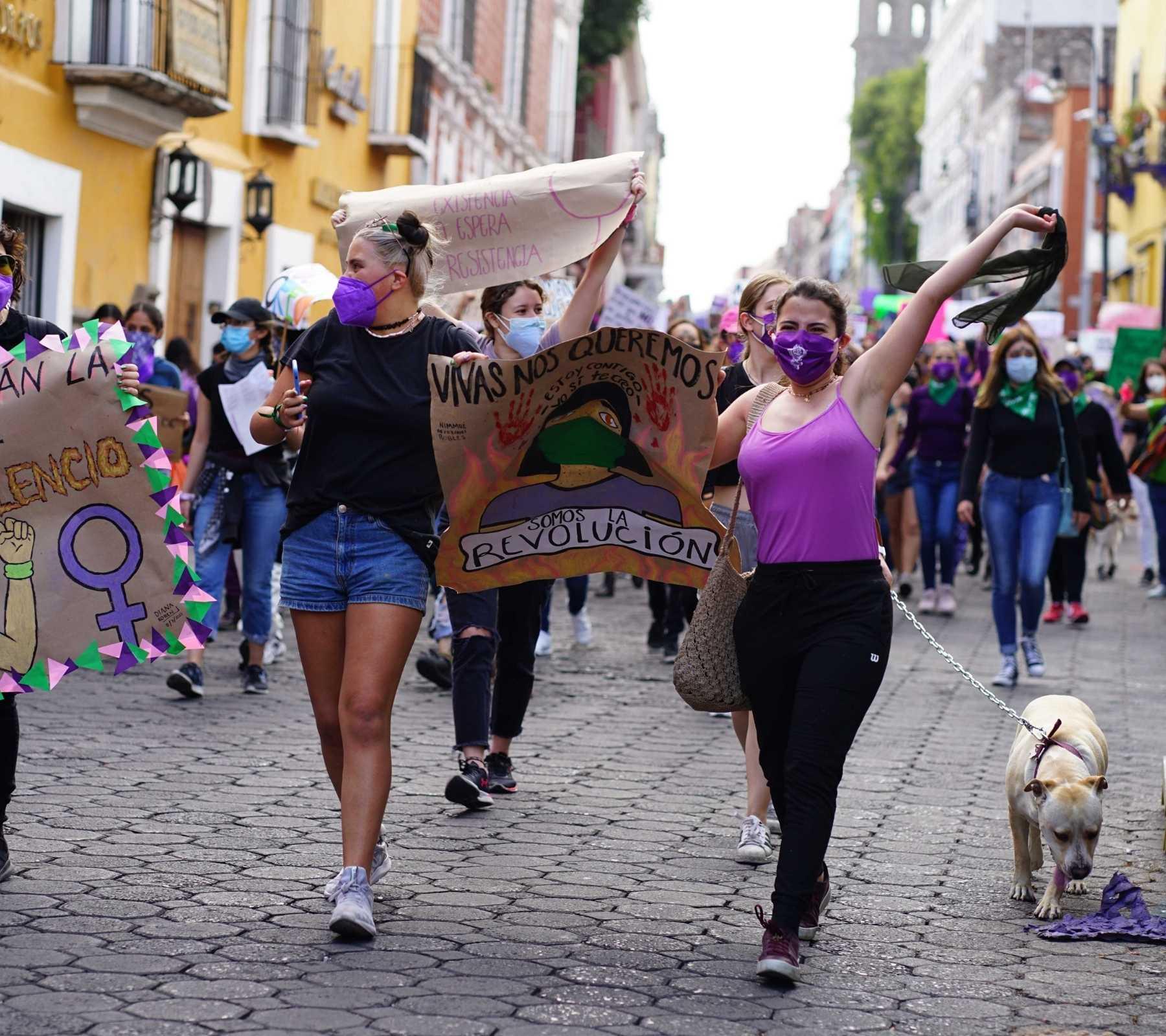 mujeres feministas marchan el 8M