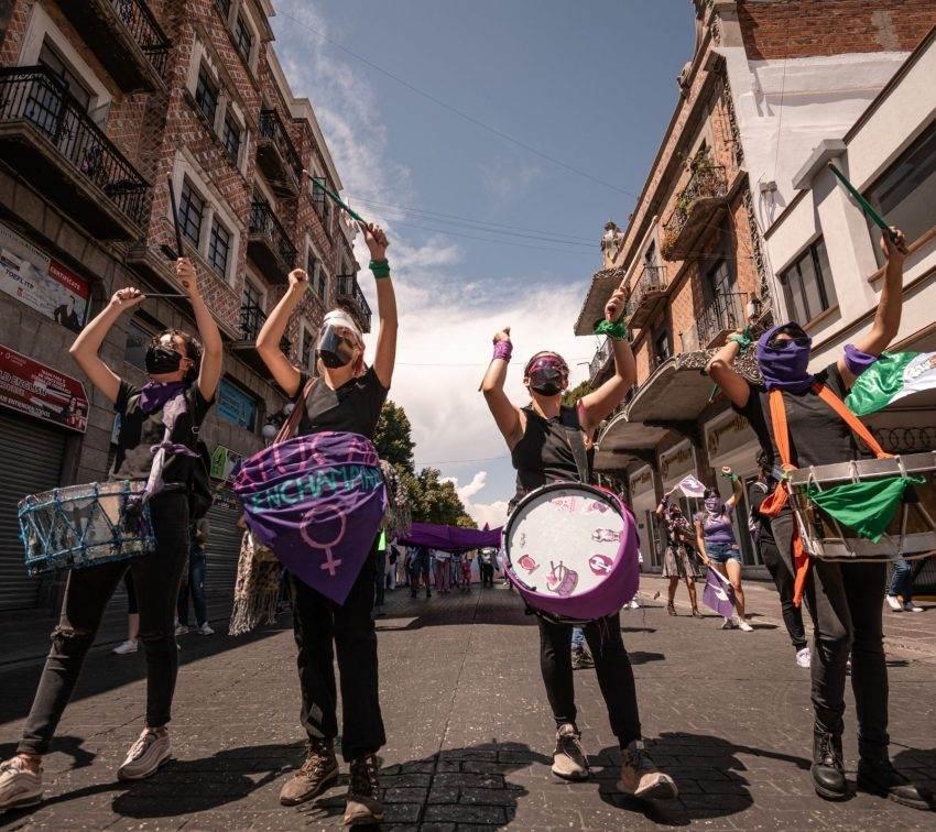 Marchan mujeres previo al #8M en Puebla