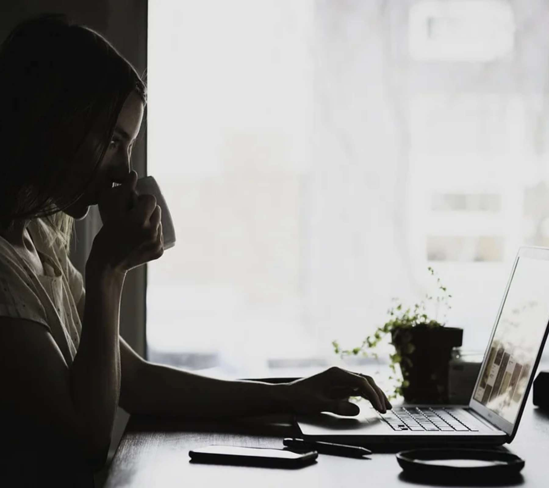 Mujer observando su computadora.