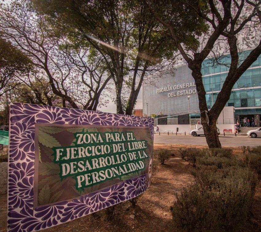 Un plantón cannábico 'quema' prejuicios frente a la Fiscalía de Puebla