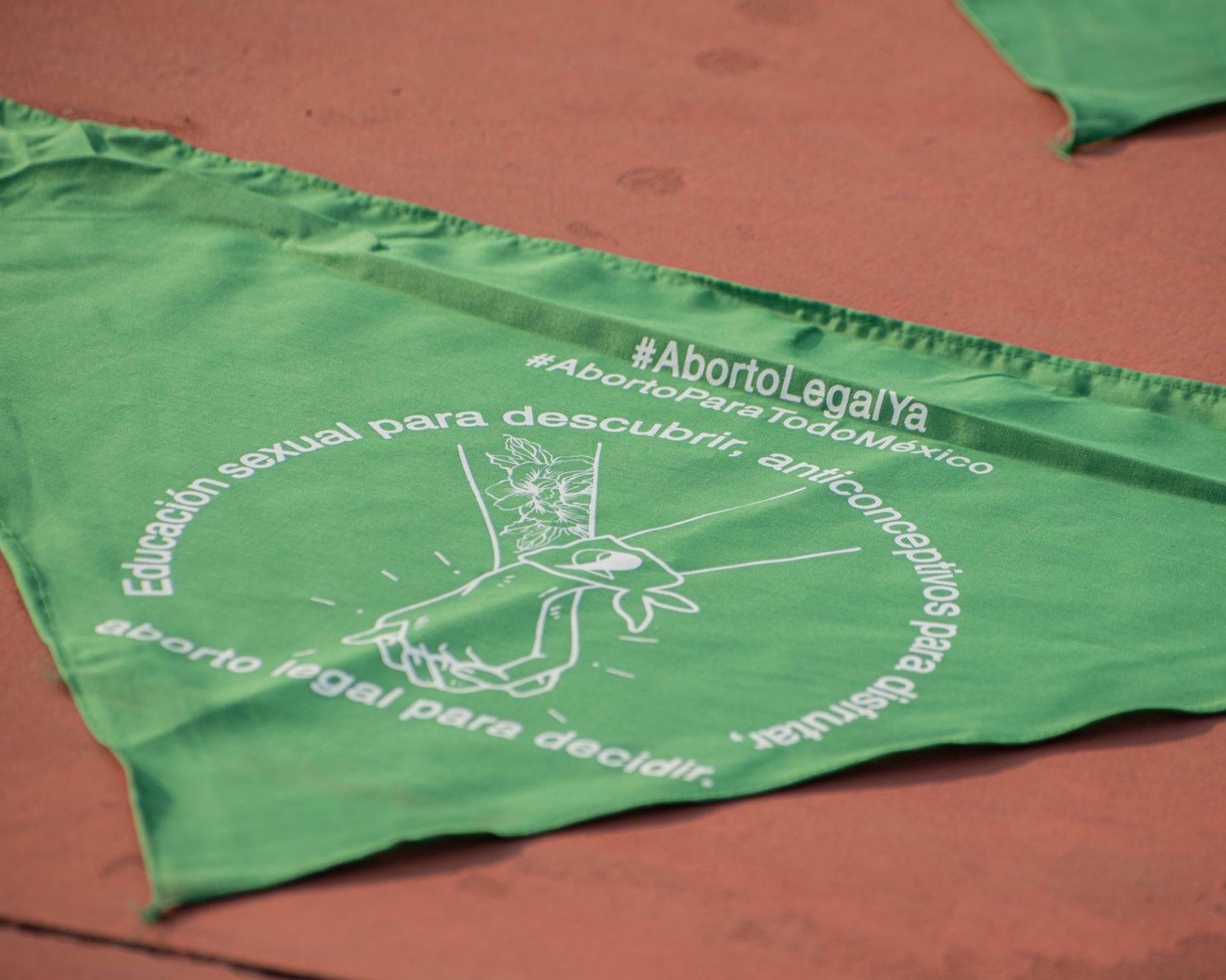 Fotografía en la que se observa un pañuelo verde a favor del aborto en Puebla; éste es usado por feministas