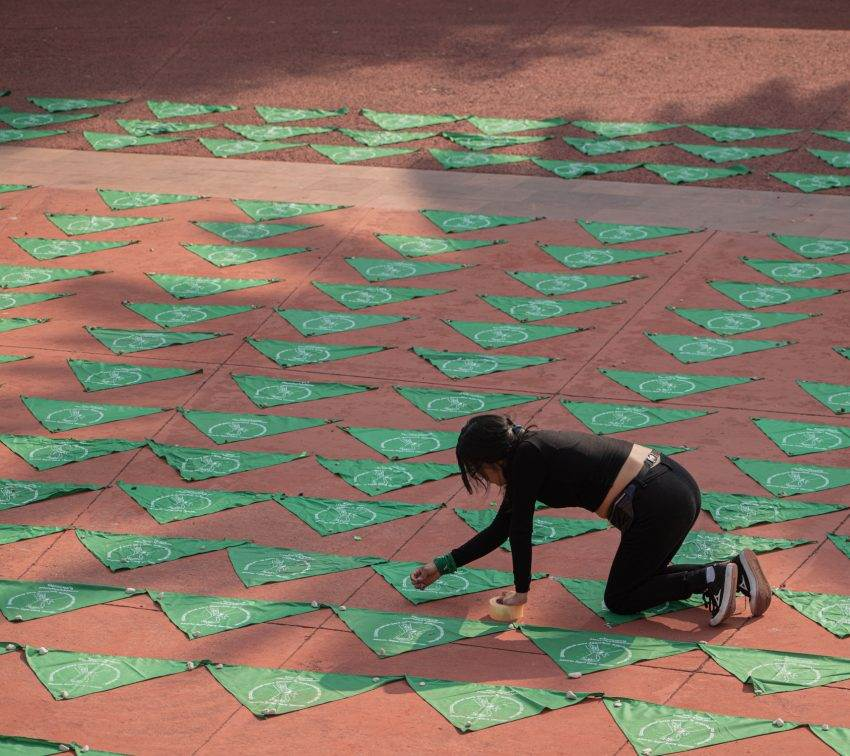 Un mosaico de pañuelos verdes para exigir la despenalización del aborto en Puebla