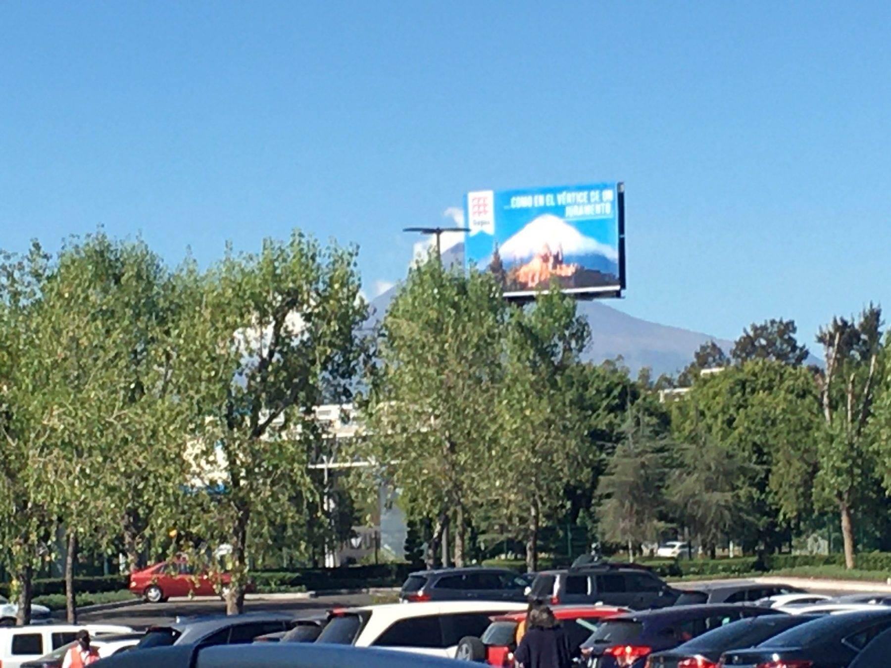 Fotografía de un espectacular en Puebla en el que se observa el volcán siendo tapado.