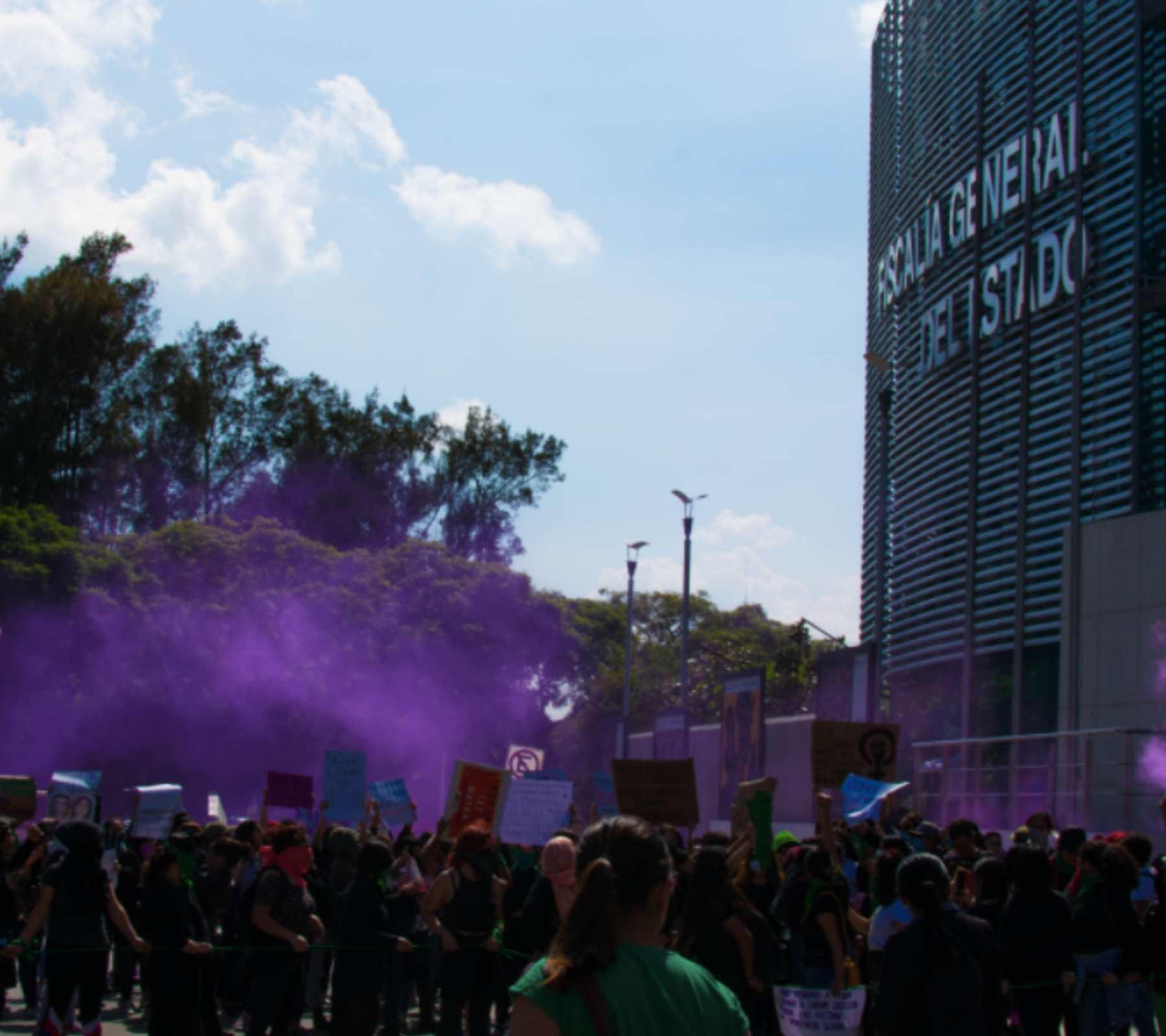Fotografía de una protesta afuera de la fiscalía.
