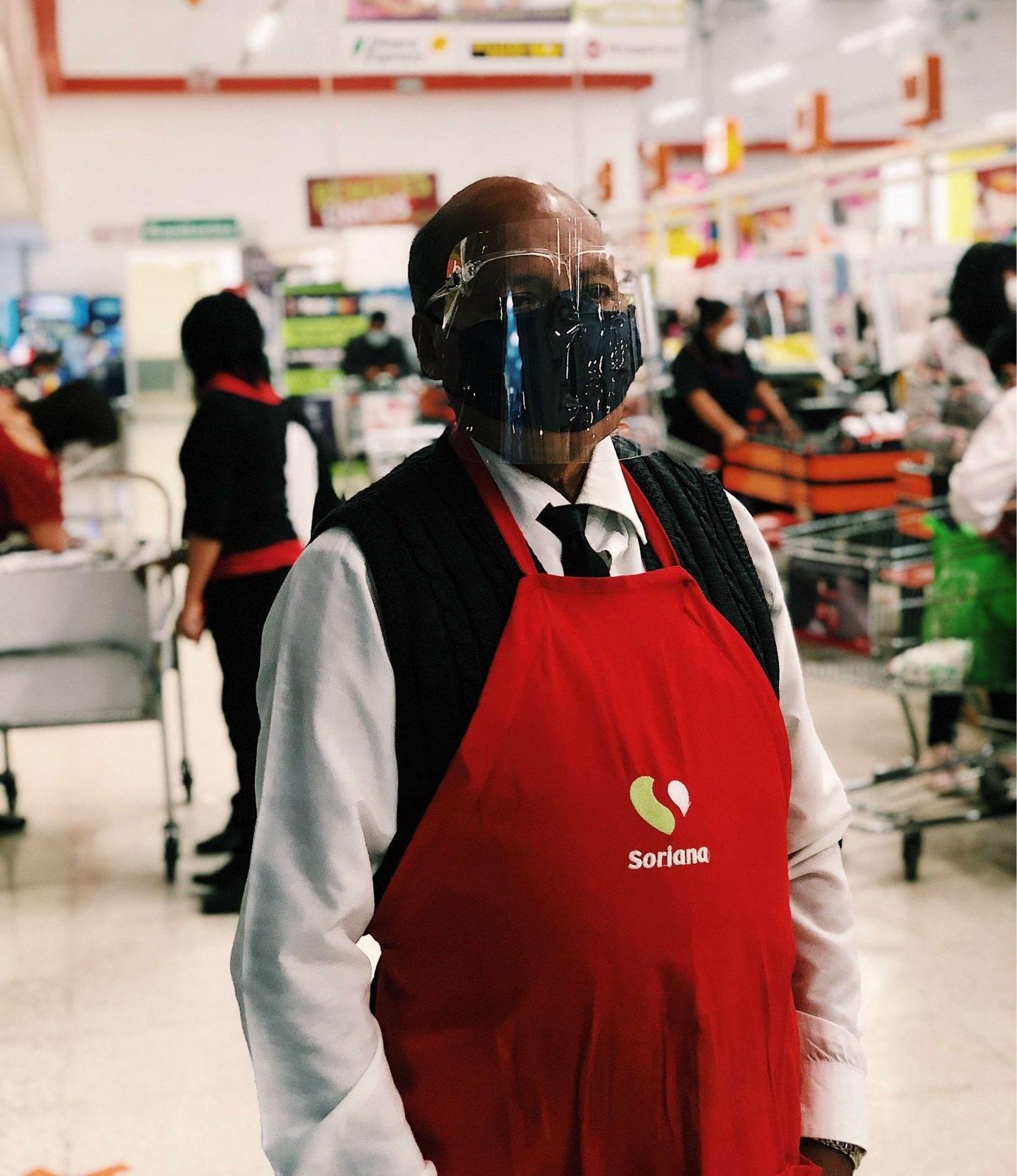José Cruz es uno de los cientos de adultos mayores que trabajan como empacadores.