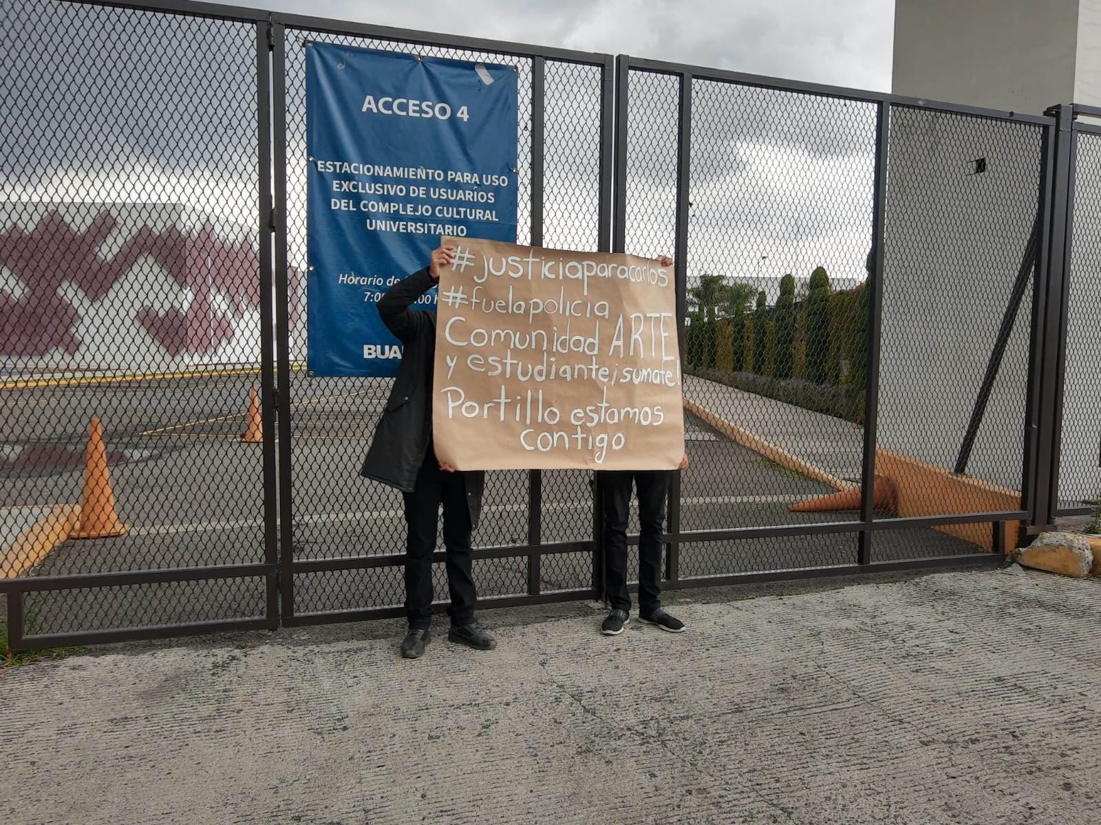 La comunidad de la ARPA durante la manifestación por la muerte de Carlos Portillo, egresado de esta escuela de la BUAP.