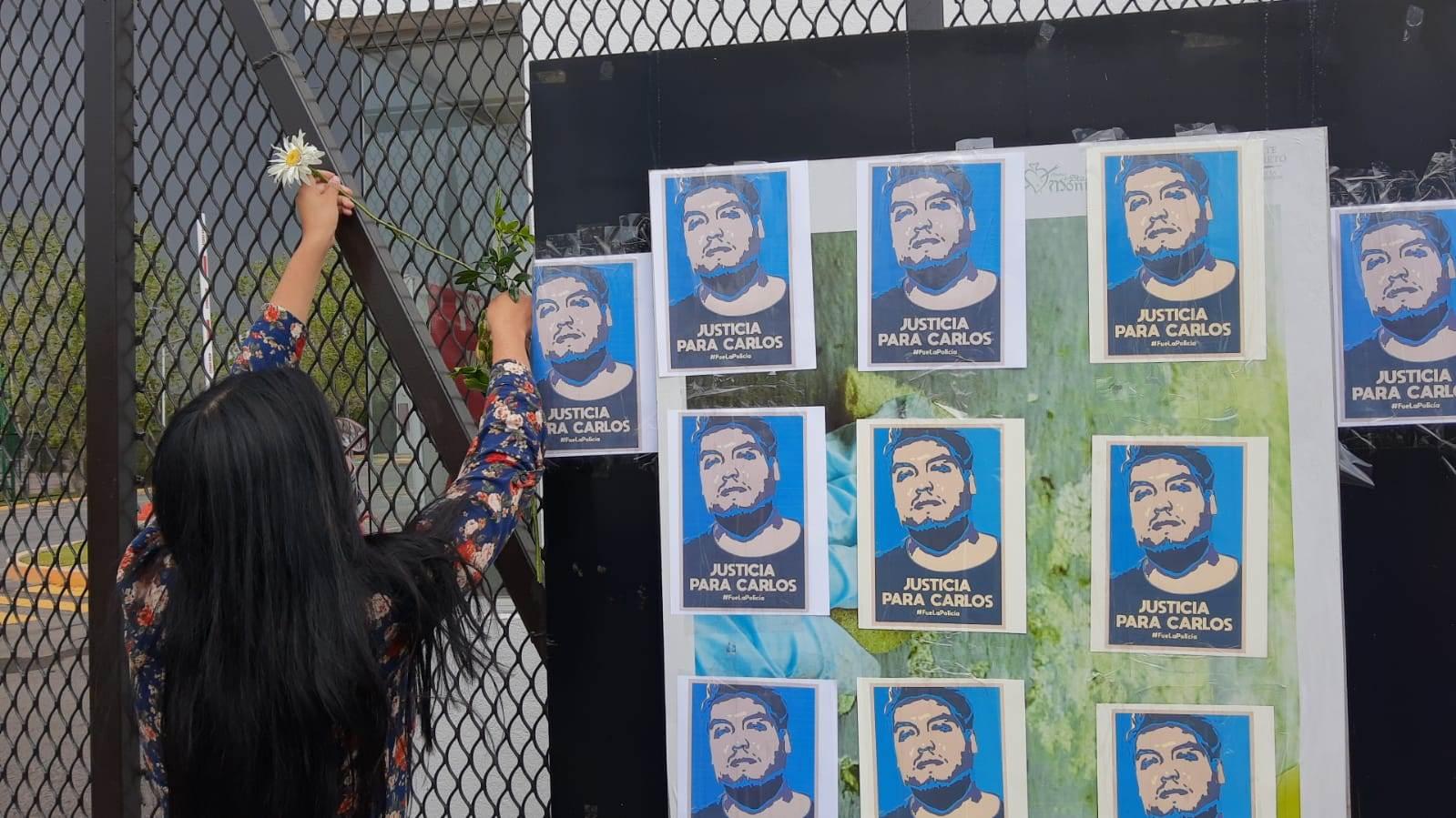 Compañeros de Carlos Portillo protestaron a las puertas de su facultad para exigir que la muerte del joven artista sea esclarecida y se sancione a los responsables.