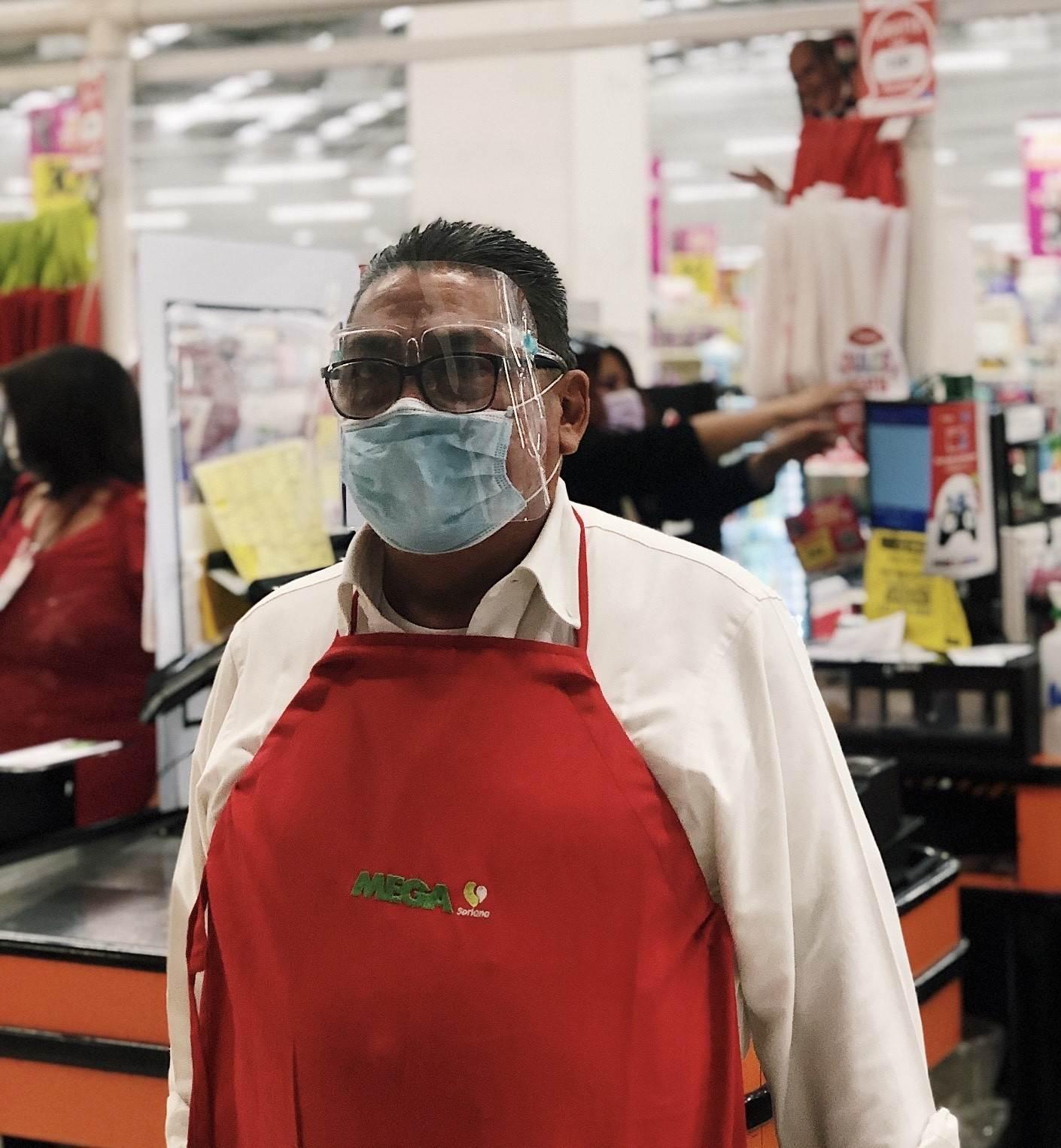 José Tomás tiene 68 años y trabaja como empacador en un supermercado. Trabajó 17 años en una planta automotriz, pero no tiene pensión para su retiro. Fotografía: Lulú Farrera