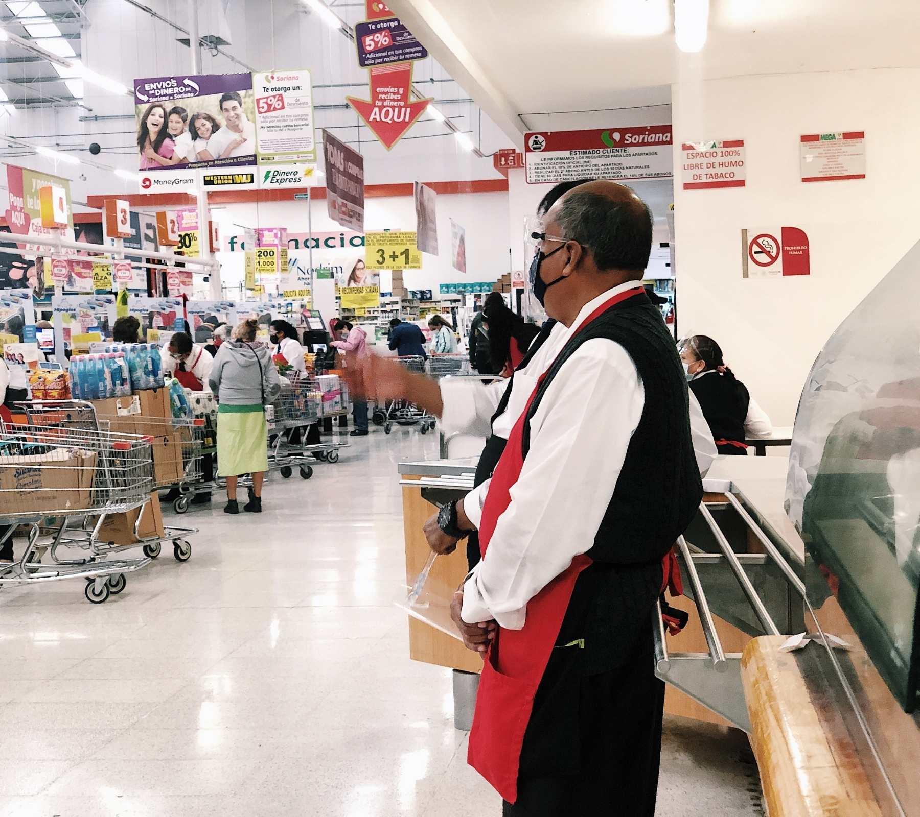 Fotografía donde se ve uno de los cientos de adultos mayores que trabajan como empacadores.