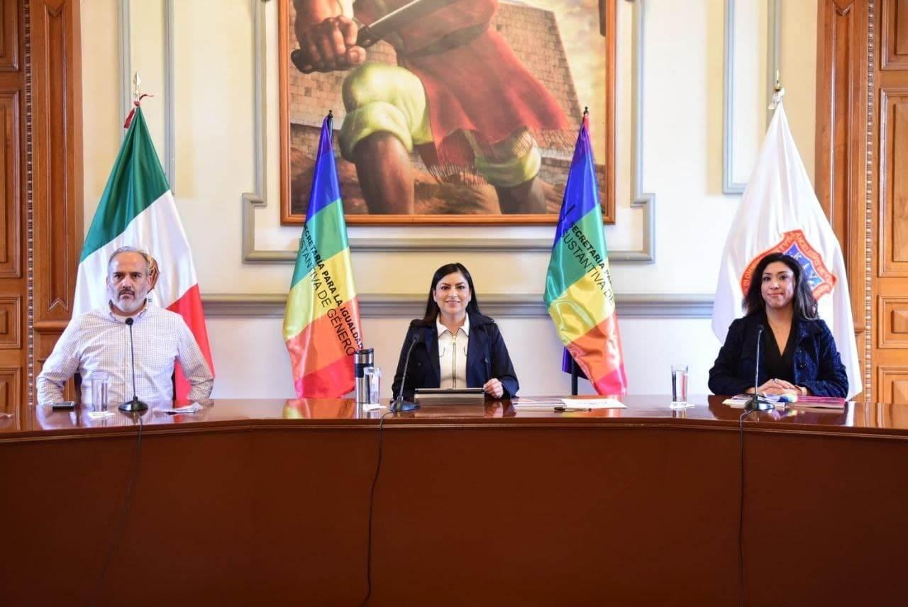 Autoridades de Puebla informando sobre los talleres y demás eventos LGBTTI.