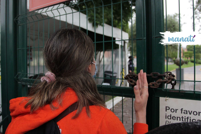 Sin poder acceder a la universidad, los estudiantes no tuvieron a quien entregar el pliego petitorio sobre la situación en la UDLAP. Fotografía de Katia Fernández | Es Imagen