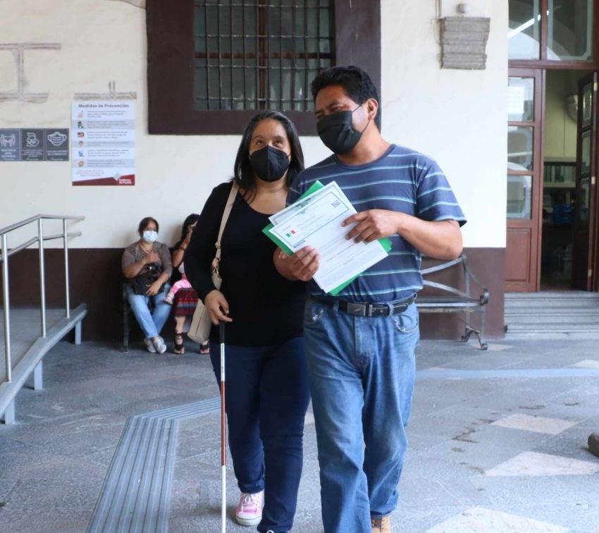 Entregan actas de nacimiento en braille a 148 poblanos