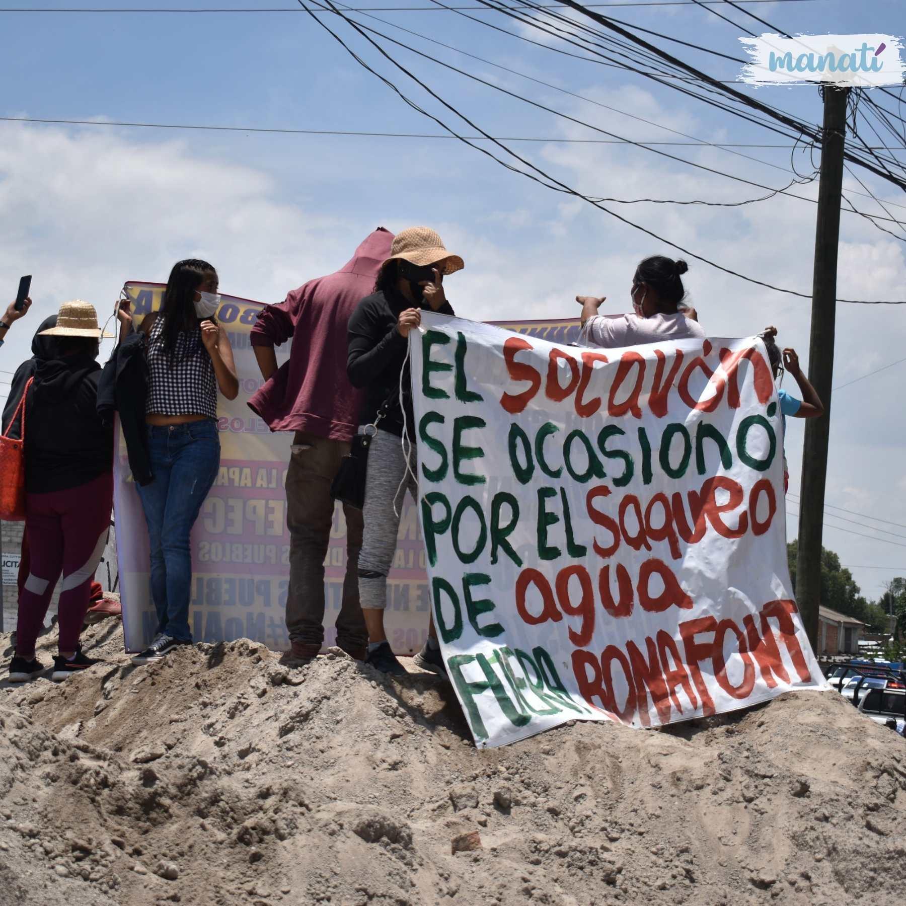 Desde finales de marzo, pobladores de Juan C. Bonilla mantienen tomada la planta de Bonafont. Acusan a la empresa de acaparar el agua de los pozos y de ser corresponsable del socavón en Puebla. Fotografía: Katia Fernández   Agencia Es Imagen