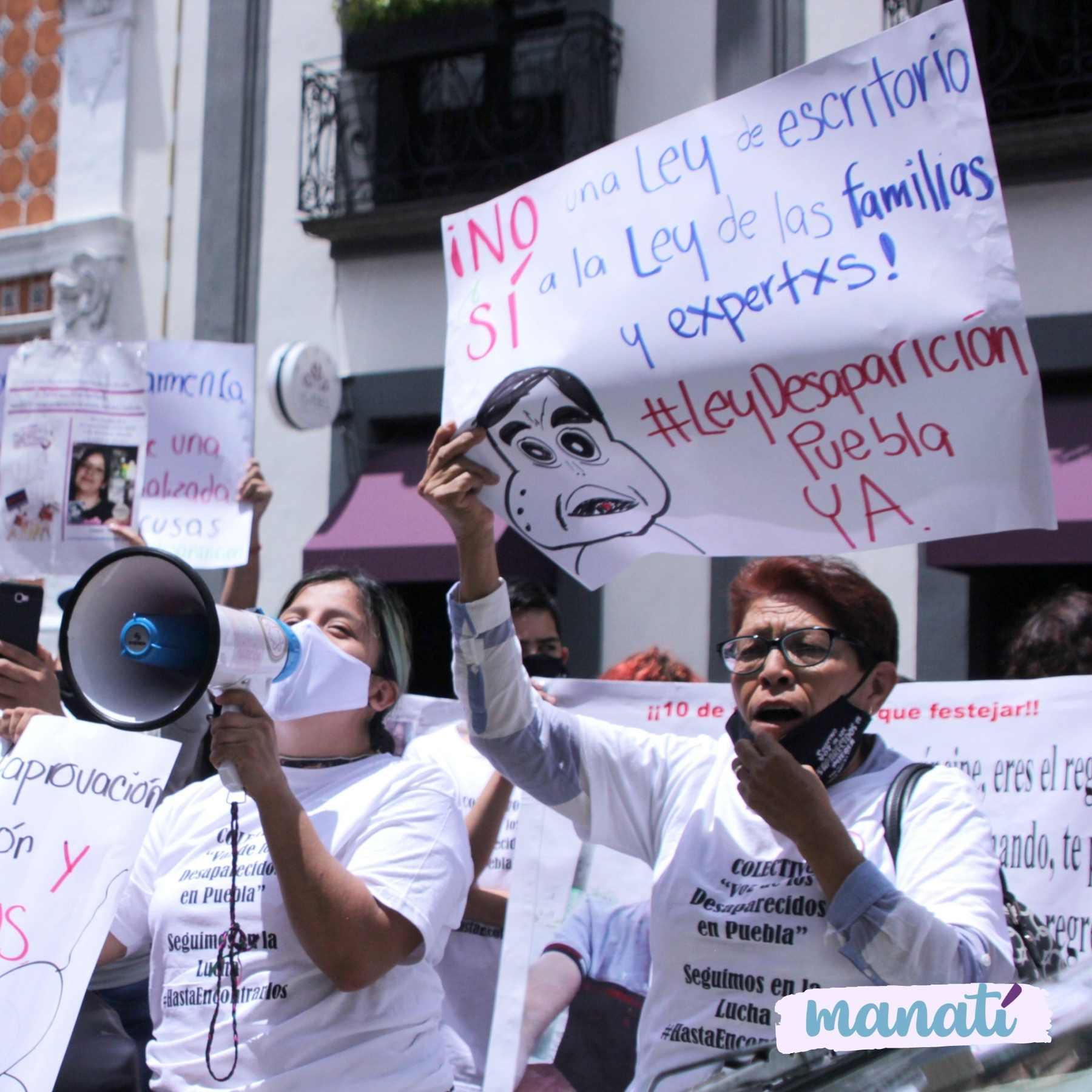 Familias de personas desaparecidas se han mantenido afuera del Congreso de Puebla por tres semanas para exigir ser considerados en la discusión de la ley en materia de desaparición forzada. Fotografía: Katia Fernández// Agencia Es Imagen