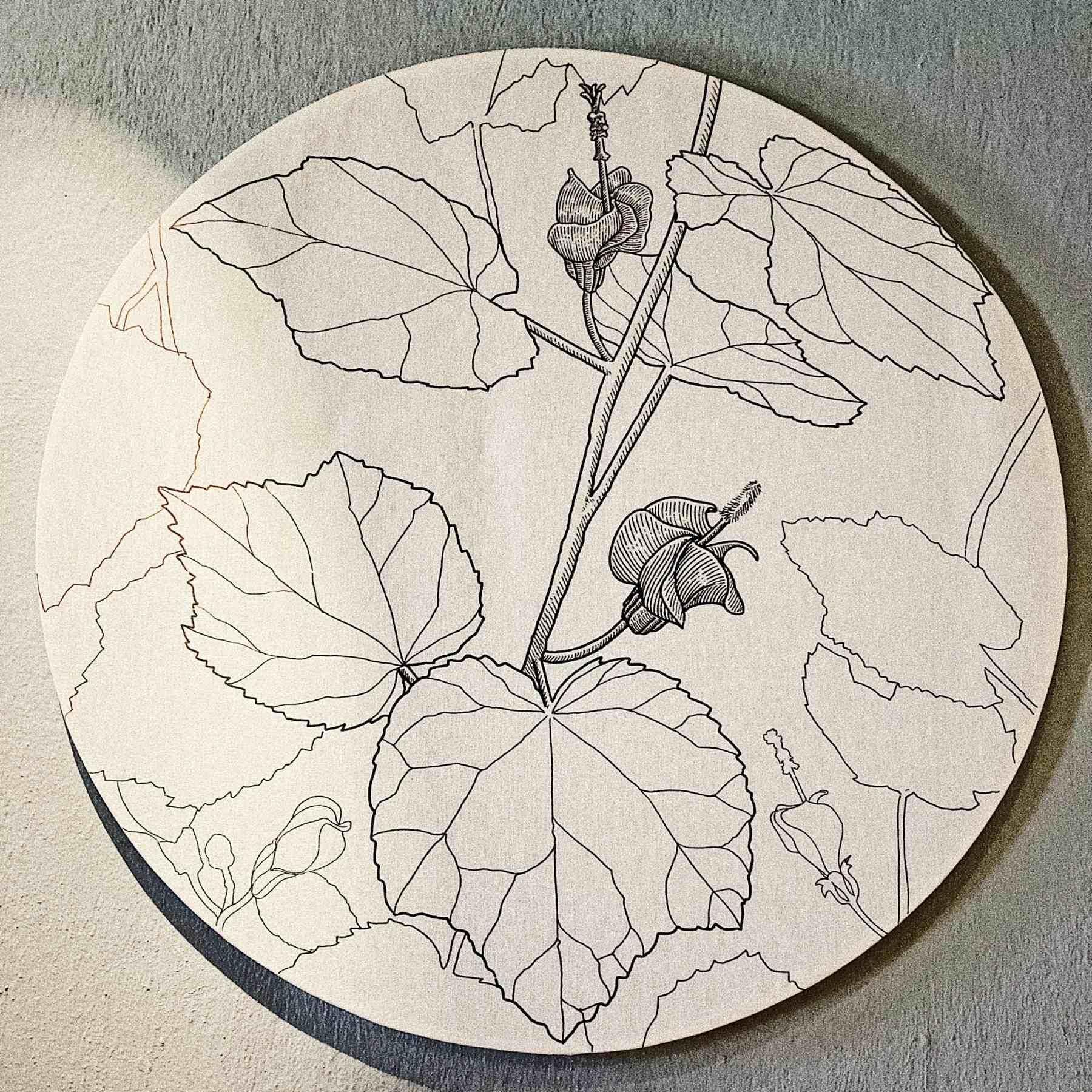 grabado en tela de un colibrí con flores